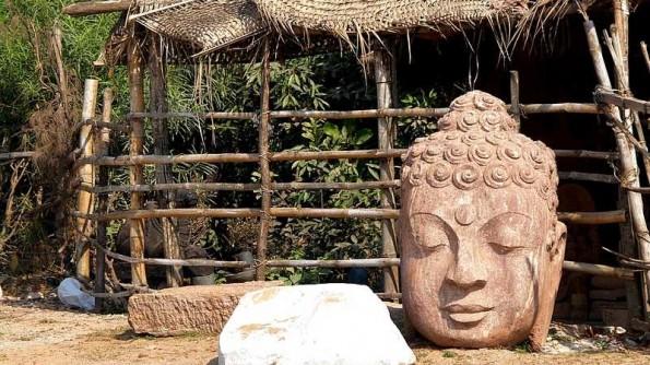 Budda's head near stone carving workshop in Orissa (c) inditrip.net