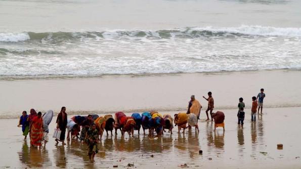 Утренняя пуджа у океана в Гопалпуре (c)inditrip.net