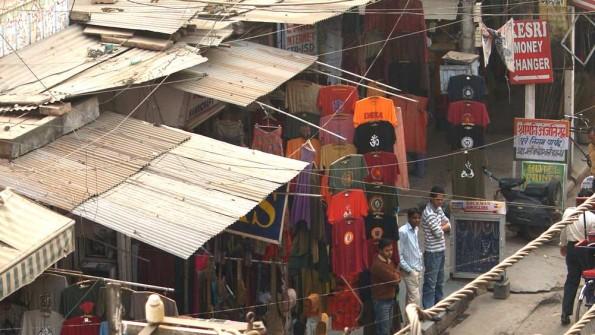 Обменка в Пахарганже. Вывеска в правом верхнем углу (c)inditrip.net