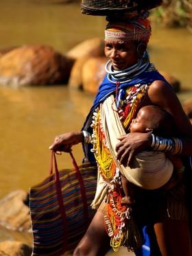 Женщина адиваси племени бонда с ребенком. Анкудели, Индия, Орисса.