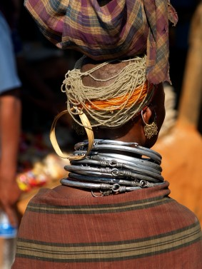 Традичионная прическа денщины племени бонда. Индия, Орисса, округ Корапут (c)inditrip.net