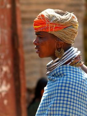 Традиционная одежда женщин адиваси  племени бонда. Индия, Орисса, округ Малкангири (c)inditrip.net