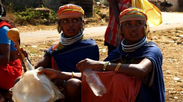Девушки адиваси племени бонда продают вино из сока арековой пальмы. Индия, Орисса (c)inditrip.net