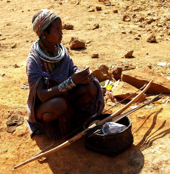 Девушка адиваси из племени бонда с луком и стрелами (c)inditrip.net