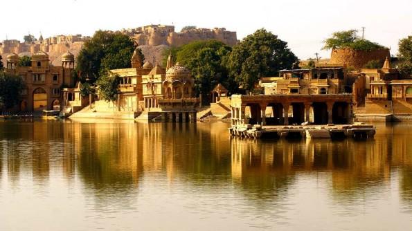 Jaisalmer. Gadinsisar Sagar lake. Rajasthan. India. (c)inditrip.net